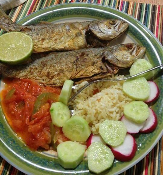 Almuerzo de pescado frito en El Salvador