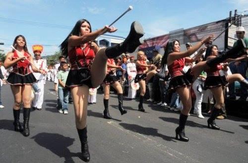 Cachiporras desfilando en El Salvador