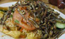 Yuca frita con pescaditas
