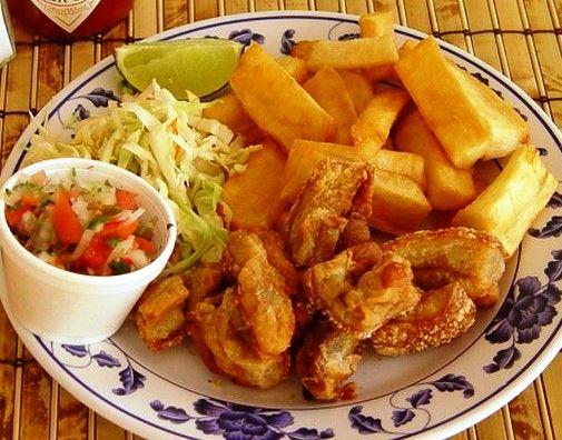 Yuca frita salvadoreña con chicharrón