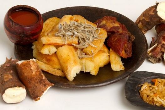 Yuca frita salvadoreña con pepesca